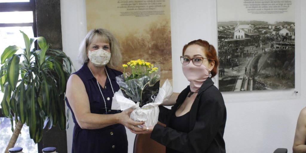 Lucimar Rodrigues, coordenadora da Secretaria das Mulheres Socialistas, entrega uma lembrança a Maria Luzanira.